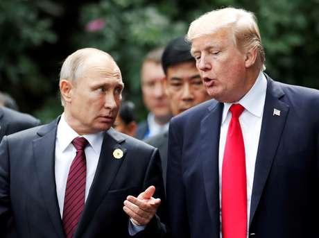 Presidente dos EUA, Donald Trump, e presidente da Rússia, Vladimir Putin, conversam durante sessão de fotos na cúpula da Apec, no ano passado 11/11/2017 REUTERS/Jorge Silva
