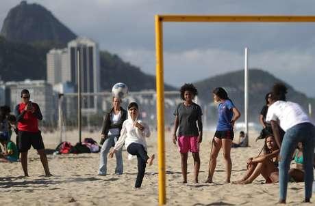 Malala joga futebol com meninas na praia de Copacabana no Rio de Janeiro  11/7/2018    REUTERS/Ricardo Moraes