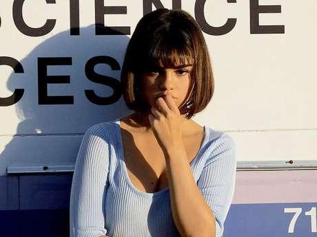 Um dia após o anúncio do noivado de Justin Bieber, Selena Gomez estava curtindo um dia de sol num iate de luxo com seus amigos