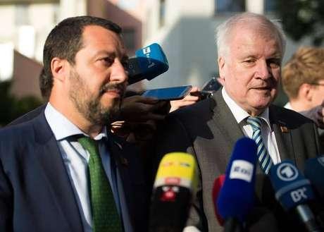 Os ministros do Interior da Itália, Matteo Salvini, e da Alemanha, Horst Seehofer, durante encontro em Innsbruck