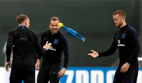 Descontração em treino da Inglaterra, com Dier, Kane e Jones (Foto: Adrian Dennis / AFP)