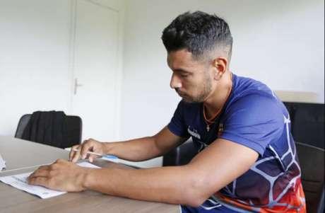 Andrés Rios no momento da assinatura do contrato com o Vasco. Veja a seguir a galeria especial do LANCE! com ele