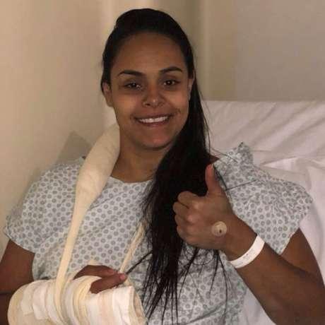 Suelen faz procedimento cirúrgico após lesão na mão direita (Foto: CBV/Divulgação)