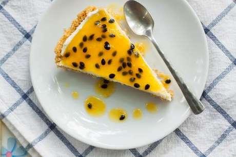 Fatia de torta mousse de maracujá