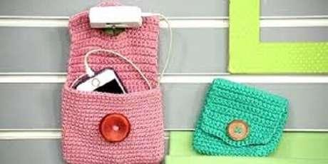 20 – Suportes para celulares de crochê são ótimas opções de lembrancinhas para o dia dos pais.
