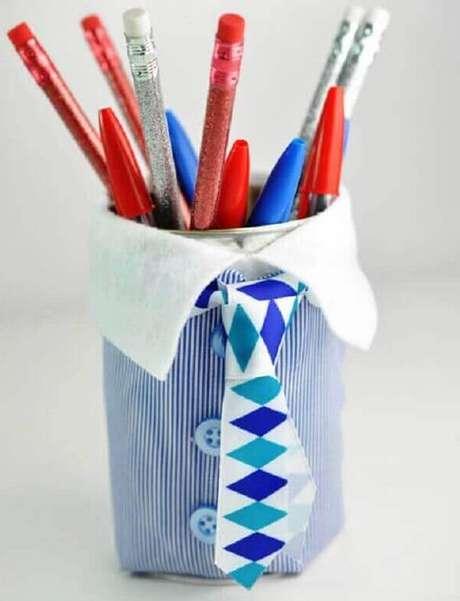 30- Porta lápis feito de latinha e materiais recicláveis como lembrancinhas para o dia dos pais.