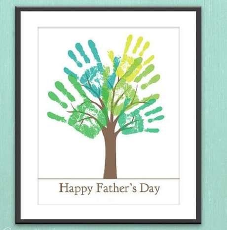 22- Quadro com a pintura das mãos dos filhos é um lindo presente para o dia dos pais.
