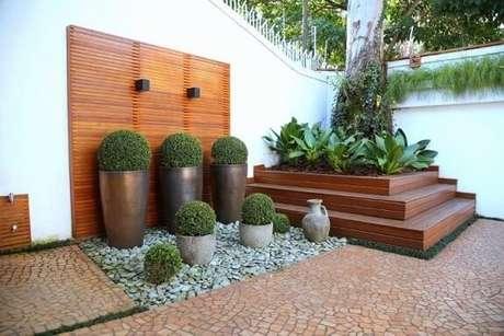 64. Pedras para jardim brancas grandes com vasos de plantas. Projeto de Meyer Cortez