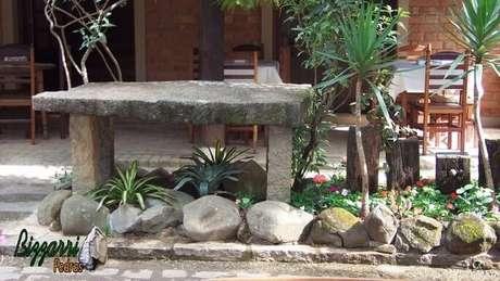 25. As pedras para jardim grandes e o mobiliário feito de pedras dá um visual rústico à área. Projeto de Pedras Bizzarri