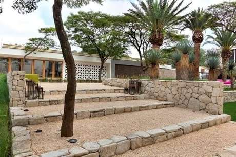 13. As pedras também podem ser usadas de forma mais estrutural, como nessa escada. Projeto de Daniel Nunes Paisagismo