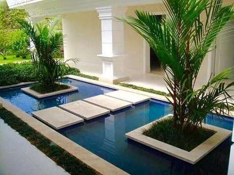 65. Placas de granito sobre piscina. Projeto de Daniel Nunes Paisagismo