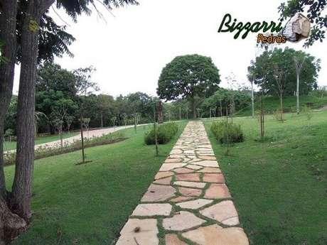 28. Pedras irregulares formando caminho no jardim. Projeto de Pedras Bizzarri
