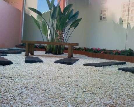 42. Pedras pequenas com caminho de pedras maiores escuras em jardim externo. Projeto de Jader Nunes