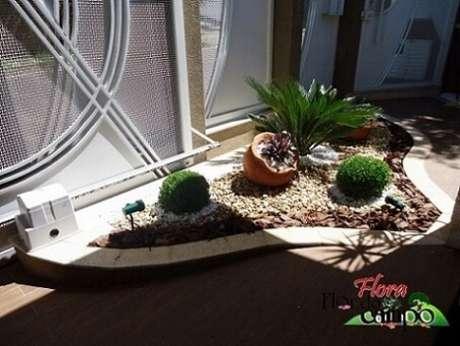 29. Seixos, pedras brancas e cascalhos em canteiro. Projeto de Flora Flor do Campo