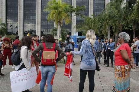 Manifestantes se concentram à frente do prédio da Prefeitura do Rio
