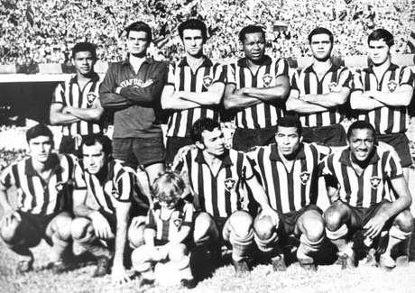 O então jovem Carlos Roberto é o último de pé à direita, na foto do time do Botafogo de 1968