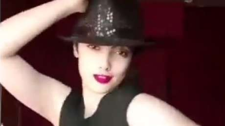 A jovem Maedeh Hojabri foi presa por aparecer nas redes sociais dançando sem usar o véu obrigatório na cabeça