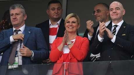A presidente da Croácia, Kolinda Grabar-Kitarovic, assistiu a vários jogos da seleção na Rússia; em um deles, ficou ao lado de Davor Suker (à esq.), estrela do time na Copa de 98