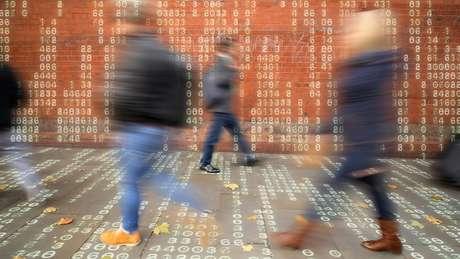 Rotina diária gera centenas de dados, nas mãos de diversas empresas: preferências e interações nas redes sociais, digital e face, pontos de partida, chegada e trajeto, histórico de compra.
