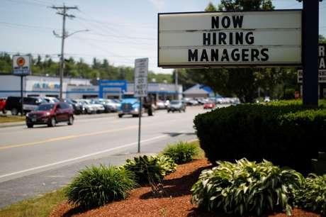 Placa indica que restaurante está contratando funcionários em Massachusetts, nos Estados Unidos 12/06/2018 REUTERS/Brian Snyder - RC1B6ADDE140