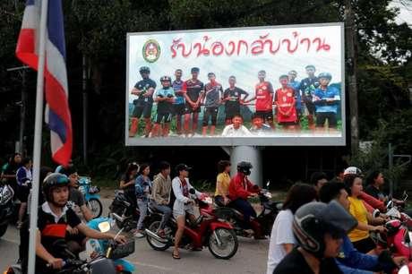 Outdoor com foto de meninos tailandeses presos em caverna é visto em Chiang Rai, na Tailândia 9/07/2018 REUTERS/Tyrone Siu