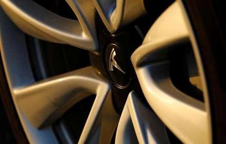 Logo da Tesla em roda de carro da marca durante evento em Cardiff, Estados Unidos 01/06/2018 REUTERS/Mike Blake