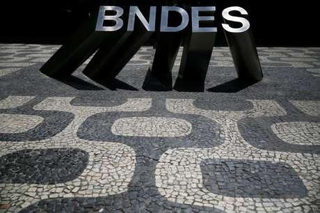 Logo do BNDES fotografado na frente da sede do banco no Rio de Janeiro, Brasil 06/09/2017 REUTERS/Pilar Olivares
