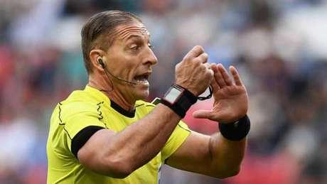 Néstor Pitana será o árbitro da final da Copa (Foto: AFP)