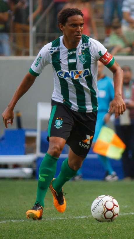 Com quatro gols marcados, o zagueiro foi um dos principais nomes do América-MG no título da Série B, no ano passado (Foto: Vinnicius Silva/Raw Image)