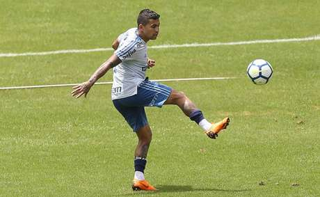Dudu durante treino do Palmeiras. Atacante tem sido bastante assediado por chineses (Foto: Cesar Greco)