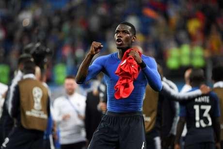 Pogba , batendo no peito, foi um dos que mais festejou a classificação na terça (Foto: AFP/FRANCK FIFE)