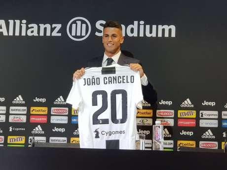 João Cancelo é apresentado na Juve (Reprodução/Twitter)