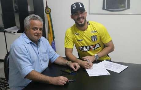 Matheus assina contrato ao lado de Marcelo Segurado, executivo de futebol do Ceará (Foto: Divulgação)