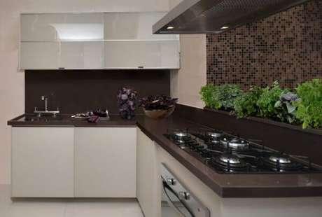 7- Granito marrom absoluto deixa a cozinha mais elegante.
