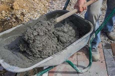 2. Misture bem os ingredientes para fazer seu concreto