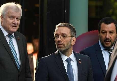 Horst Seehofer (esquerda), Herbert Kickl (centro) e Matteo Salvini (direita) após reunião em Innsbruck