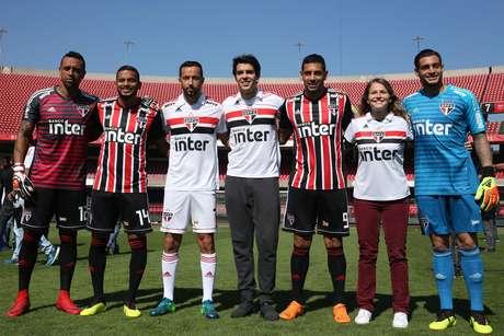 Jogadores e membros do São Paulo posam com todos os novos uniformes do clube para a próxima temporada