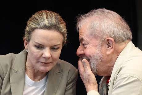 Gleisi defende o direito de Lula dar entrevistas mesmo preso