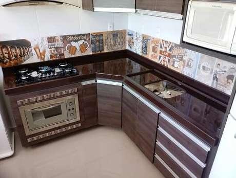 1- Granito marrom absoluto em cozinha decorada.