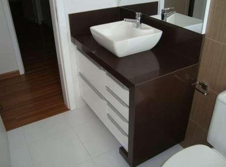 2- Bancada de banheiro com granito marrom absoluto.
