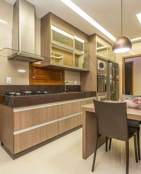 13- Granito marrom absoluto complementa a decoração de cozinha de diferentes tons.