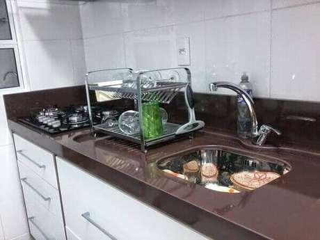 32- Cozinha planejada com granito absoluto em marrom.