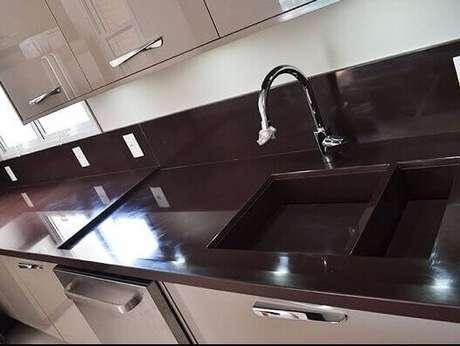 11- Granito marrom absoluto para cozinha simples.