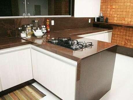 9- Granito marrom absoluto combina perfeitamente com piso e armário branco.