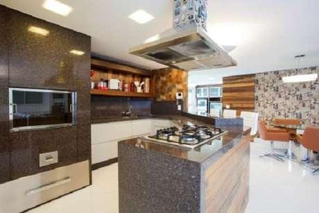 31 -Projeto de cozinha planejada com granito absoluto na cor marrom.