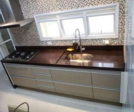 23- O granito absoluto marrom é muito usado em cozinhas com espaços limitados.