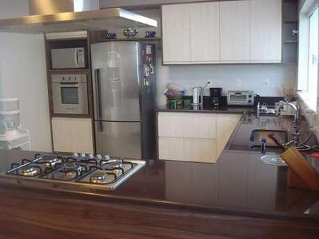 12- Granito marrom absoluto para cozinha moderna.