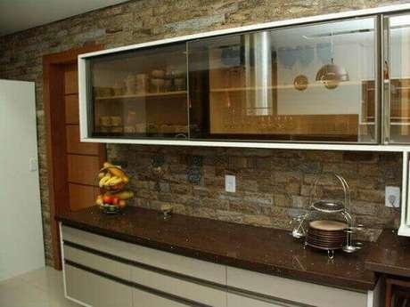 35- O granito marrom absoluto combina na decoração de cozinha rústica.