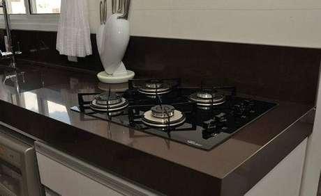 29 -O granito marrom absoluto é muito utilizado na decoração de cozinhas.