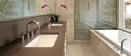 4- Granito marrom absoluto complementa a decoração do banheiro.